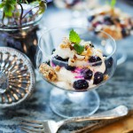 Vaniljsemifreddo med limeblåbär och havresmul