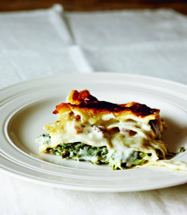 En av de läckra rätterna i boken, Lasagne med grönkål och svamp. Foto: Simon Wheeler