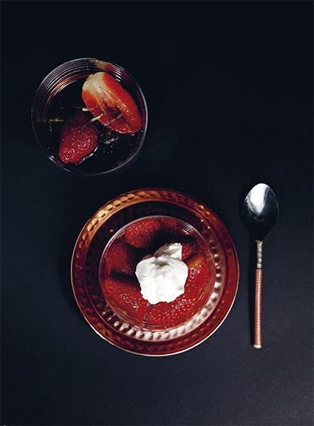 Marinerade jordgubbar med vispad crème fraiche är en suverän dessert. Foto: Frida Wismar