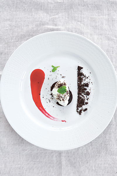 Vit chokladmousse med Oreosmul och halloncoulis. Foto: Frida Wismar