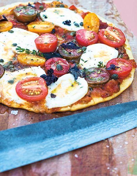 Grillad pizza med tomater, mozarella och kapris. Foto: Rickard Rönnerstam